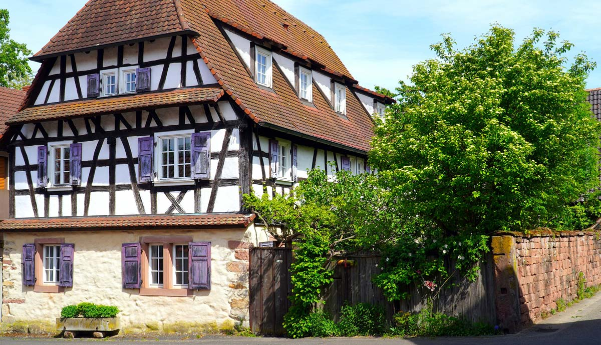 Half-timbered homes: buy, renovate or sell historic homes with beams? Comparison & tips
