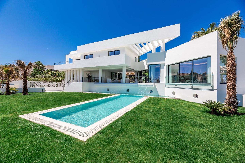 Designer villa in Marbella for 2.95 million euros: lots of light, pool & waterfall