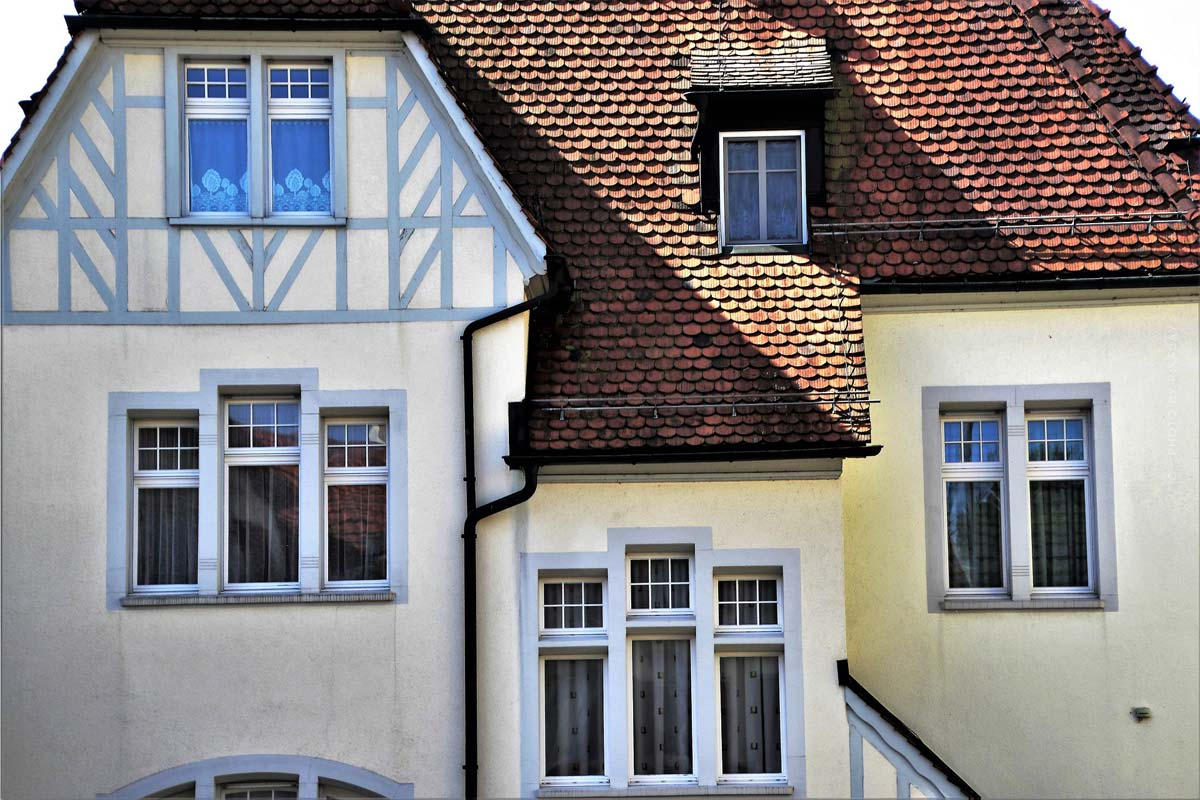 Property types: Buying an apartment or a house? Return and investment